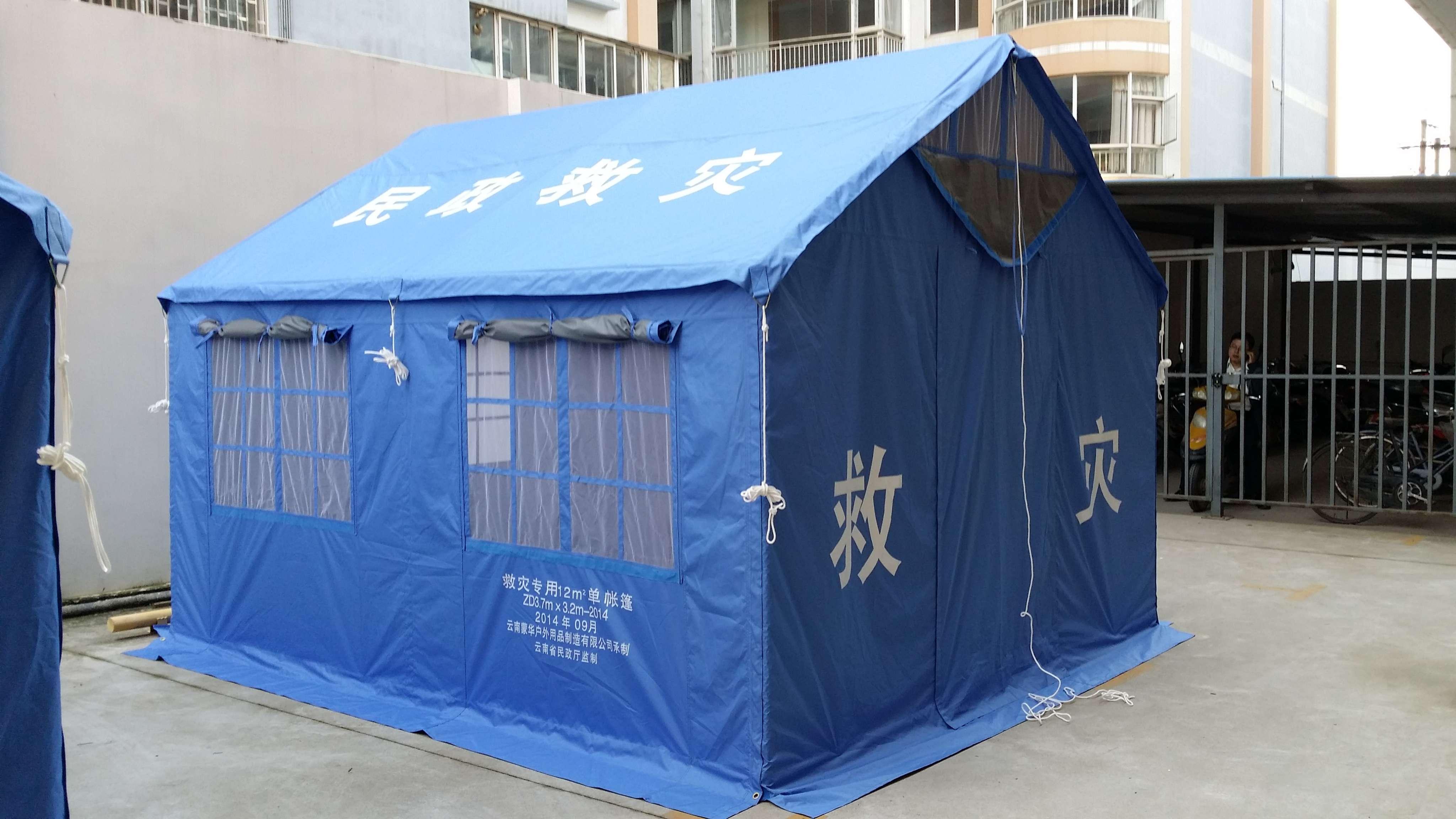 货物技术标准 一、货物组成说明 12平方米救灾专用单帐篷(插接式)由篷体、篷杆及配件三部分组成。1、篷体的组成主要以333dtex333dtex涤纶丝pu涂层布为主要材料。经天蓝涤纶缝纫线缝合,配备热封胶条、天蓝尼龙拉链、天蓝锦丝搭扣带、带管三角环、活动三节环、天蓝涤纶线带、本白涤纶网眼布、半圆环等而进行组成的。2、篷杆框架由通用杆、立杆、山墙地杆、阳篷杆和端架三通、中架四通、地杆四通及钢丝拉绳组成。3、配件的组成主要为三角桩(含塑料桩头)、白涤纶包芯绳及配备配件工具袋。 二、货物主要技术数据和性能描述